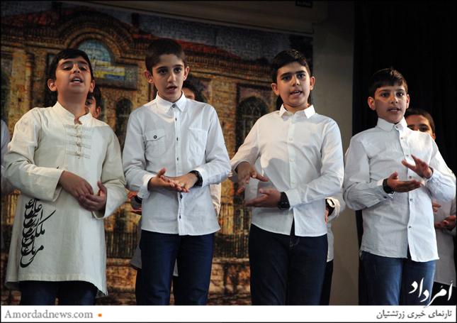 اجرای سرود به زبان اشاره از سوی دانشآموزان پایه ششم دبستان جمشیدجم