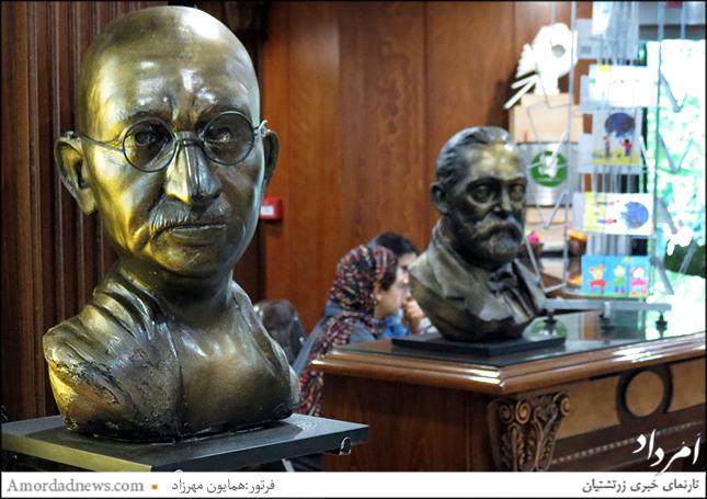 تندیس گاندی یکی از حمایت کنندگان صلح جهانی