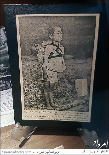 عکسی معروف که پسربچه ای جنازه برادرش را درپشت خود حمل میکند کیلومترها و درهنگام رسیدن به محل خاکسپاری بغض میکند اما نمیگذارد گریه اش را کسی ببیند