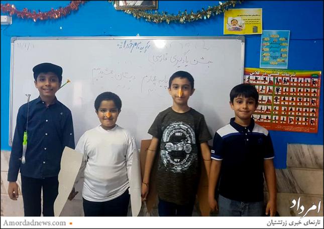 دانشآموزان دبستان پسرانهی جمشیدجم در کنار هم و با برنامهریزی و هماهنگی، گوشهای از تلاش آموزگاران و اندوختههای علمی خود را به نمایش گذاشتند