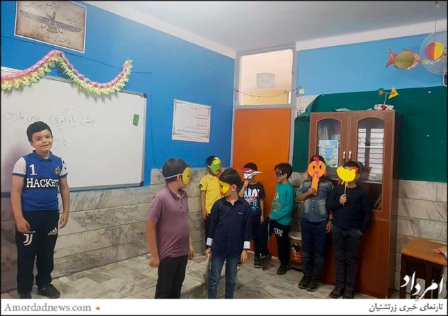 در جشن یادگیری پایان سال، هر یک از پایهها آموزش یکی از درسهای علوم، فارسی، ریاضی را به عهده گرفتند
