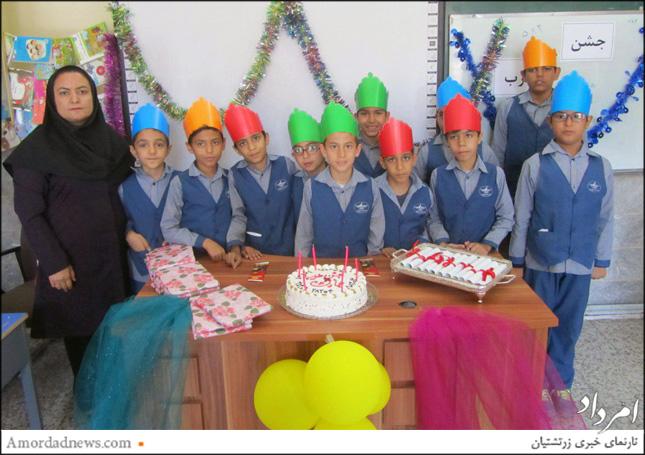 دانشآموزان در کنار فرانک ماوندادی آموزگار پایهی سوم دبستان دینیاری، توانایی خود را جشن گرفتند