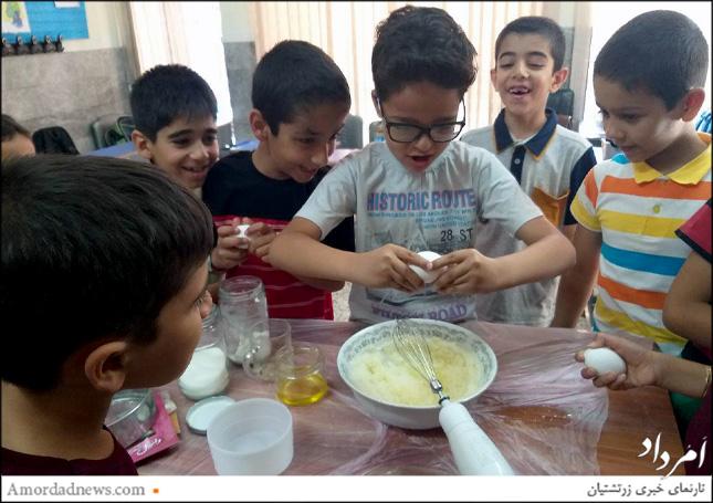 پخت شیرینی از بخشهای مهارتی و تشویق به همکاری بود که دانشآموزان پایهی دوم دبستان دینیاری پایان سال تحصیلی تجربه کردند