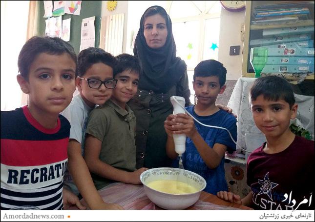 راشین نمیرانیان، آموزگار پایهی دوم دبستان دینیاری دانشآموزان را در پخت کیک همراهی کرد