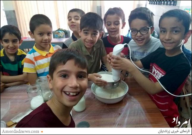 دانشآموزان پایهی دوم دبستان دینیاری در جشن خداحافظی با پخت شیرینی، هماهنگی و همکاری برای انجام کار موثر و کارآمد را تجربه کردند