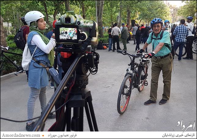 دکتر آخانی استاد گیاهشناسی دانشگاه تهران که حتی سرکار را با دوچرخه میرود