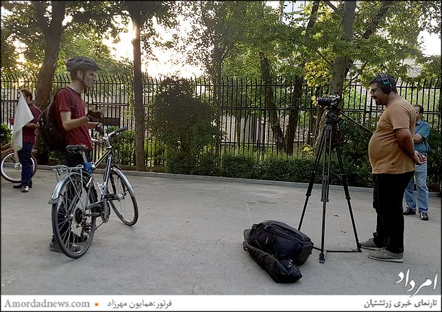 این دوچرخه سوار با پرچم سفید رنگ صلح در شهر همیشه حرکت میکند تا پیام دوستی را به دیگران یادآور باشد