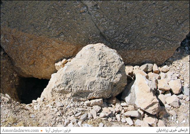 سودجویان اموال تاریخی سمت راست سنگ نگاره را نزدیک یک متر خالی کردهاند