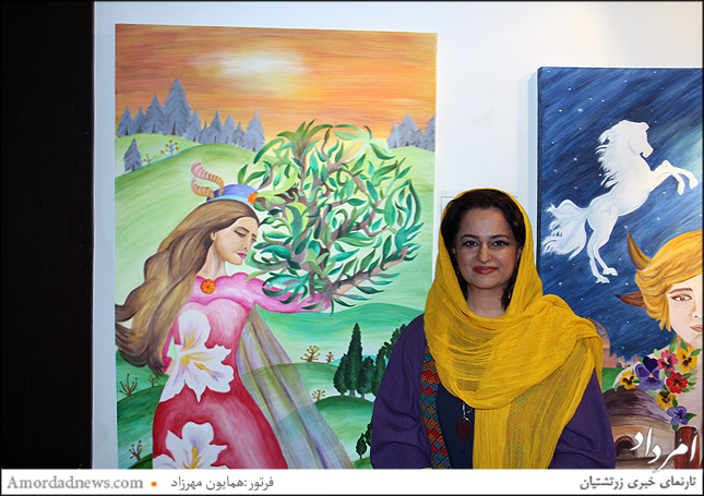 هنرمند هانیه صرافی در کنار تابلو نقاشی جشن امردادگان