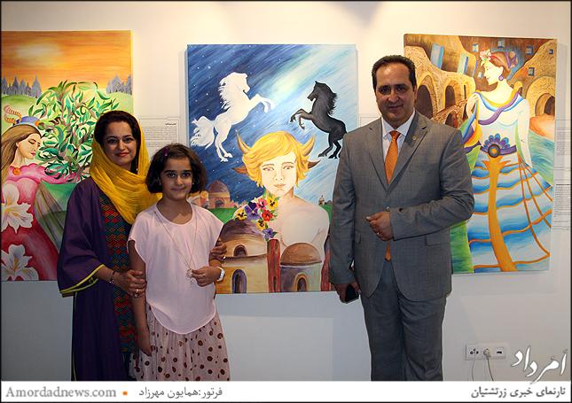 هانیه صرافی هنرمند نقاش در کنار تابلوی جشن تیرگان با همراهی خانواده