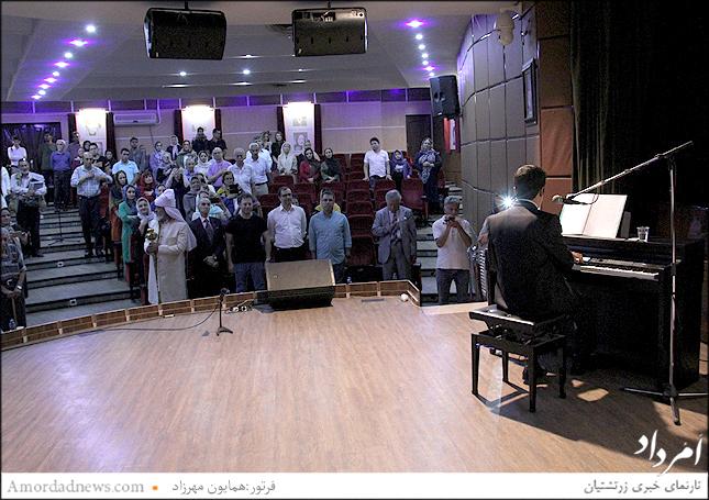 نواختن سرود میهنی ایران با همراهی باشندگان جشن تیرگان