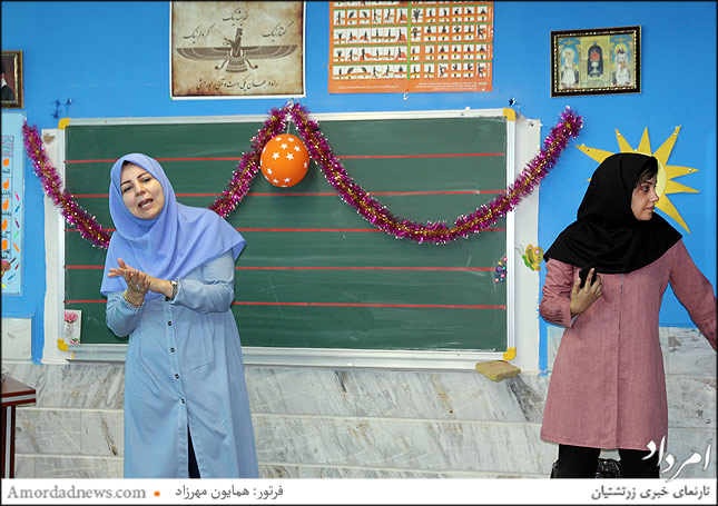 مهمان نواز معلم سال اول و درکنار وی فرشته شاهمردانی کادر آموزشی پرورشی دبستان جمشید جم
