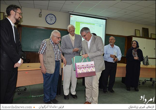 چهرهی دوم از سمت چپ: دکتر عبدالحمید ارفعی، دکترای زبانشناسی، متخصص زبانهای ایلامی و اکدی، نخستین مترجم استوانه کوروش بزرگ از زبان اصلی بابلینو به فارسی