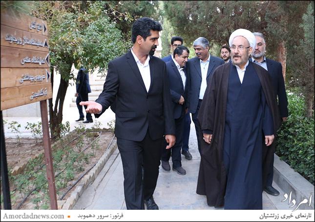 علی یونسی،دستیار ویژهی رییسجمهور در امور ادیان توحیدی و همراهان در دیدار با زرتشتیان یزد در آتشکده