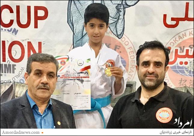 چهره از سمت است: مسعود کرمنژاد، مربی، کسرا سلامتیپور دارندهی مدال طلا، بهمن حسنزاده، دبیر شوتوکان جهانی