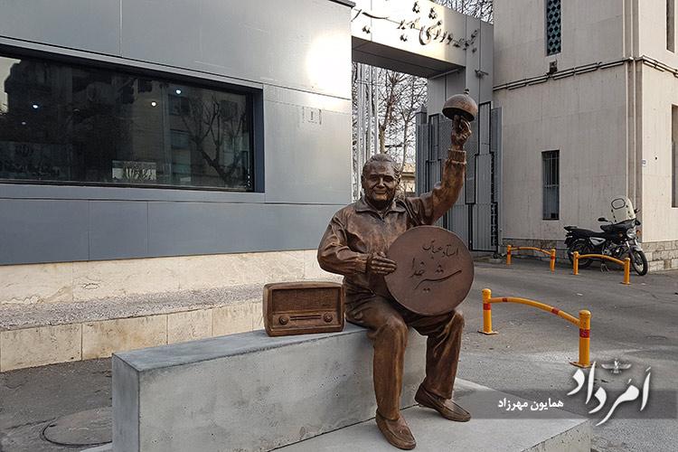 تندیس استاد شیرخدا بتازگی نصب شده روبروی ورزشگاه شیرودی ( امجدیه سابق )