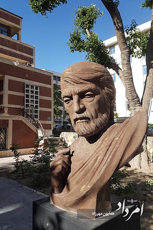 تندیس قیصر امین پور، شاعر و نویسنده معاصر در پارک ورشو