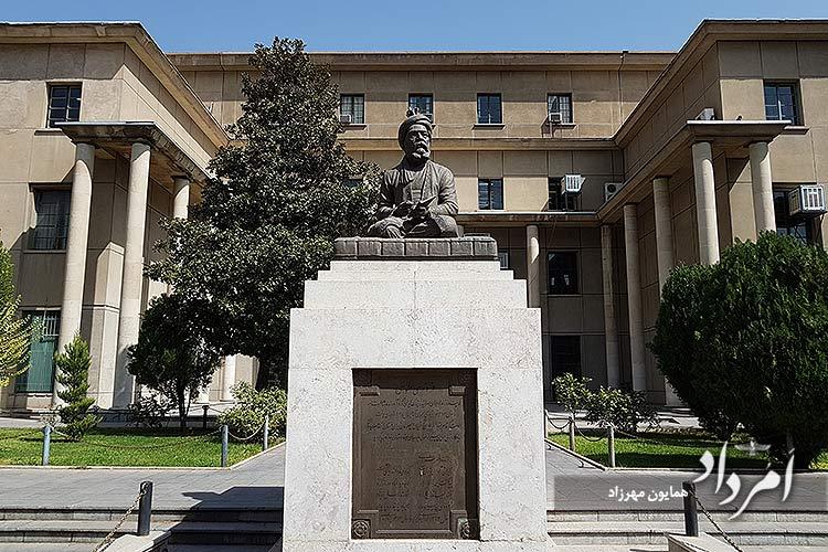 تندیس فردوسی بزرگ در دانشکده ادبیات و علوم انسانی دانشگاه تهران