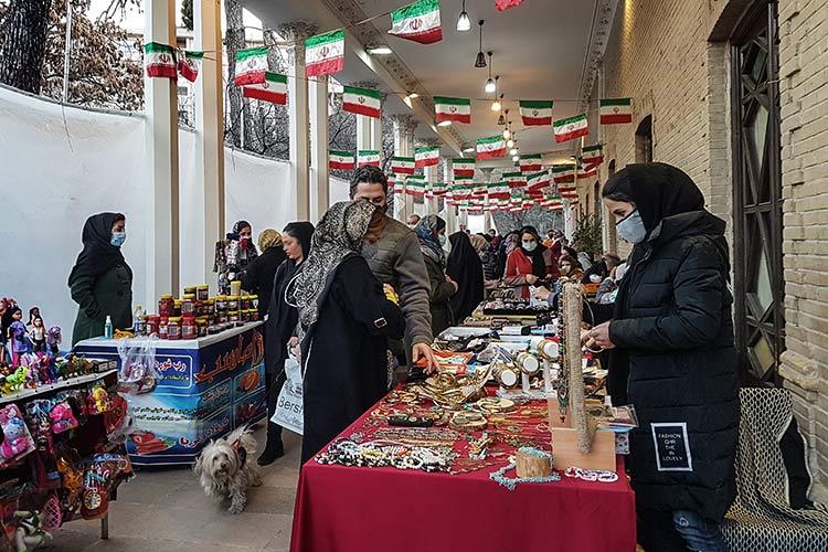 چند سالی است پنجشنبه و جمعه ها بازار دستفروشان در پیرامون ساختمان فرهنگی بوستان قیطریه برپا میشود