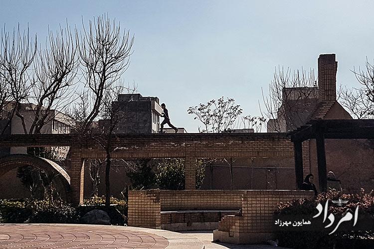 بوستان گل محمدی که در دوران قاجار، یخچال و آب انبار بوده است