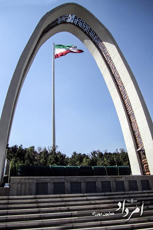 سومین پرچم بلند دنیا در موزه دفاع مقدس مجاور پارک آب و آتش عباس آباد
