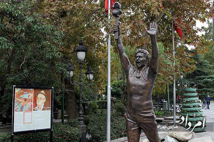 تندیس دهقان فداکار( ریزعلی خواجوی) در ورودی پارک ملت