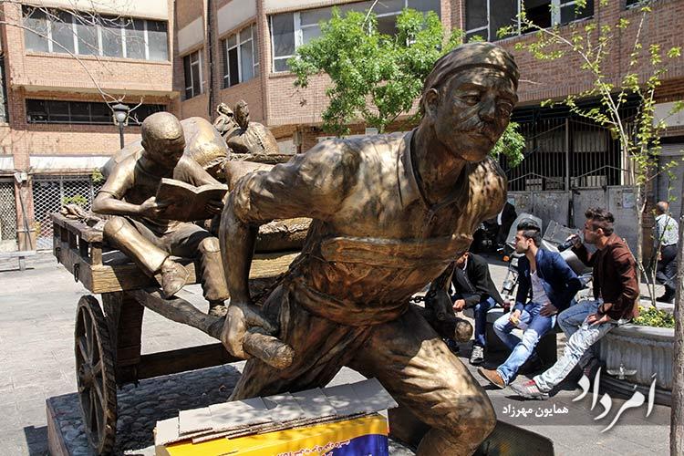مجسمه مرد باربر جلوی کوچه مروی