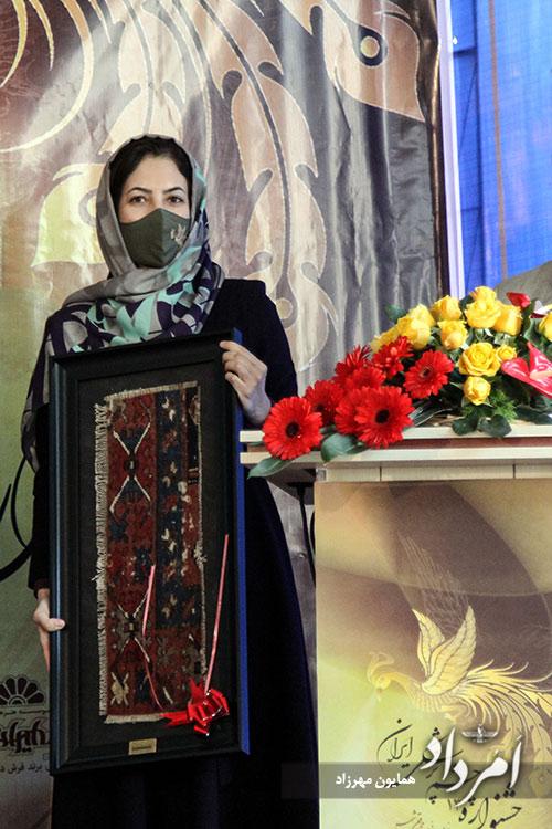 پیشکش تکه فرشی نفیس به برگزیدگان سیزدهمین جشنواره چشم پزشکی ایران