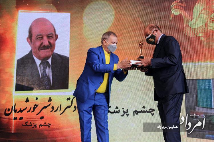 پیشکش یادبود از سوی دکتر علی صادقی طاری به اردشیر خورشیدیان چشم پزشک برگزیده سیزدهمین جشنواره ایران