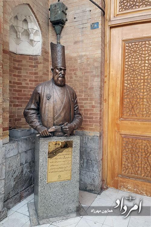 تندیس امیرکبیر در دارالفنون-میدان توپخانه