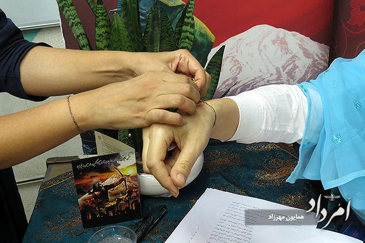 بستن دستبند تیروباد در جشن تیرگان